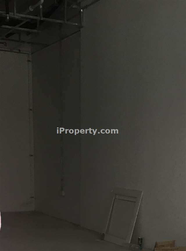 Shop space for rent in Good Human Traffic Area